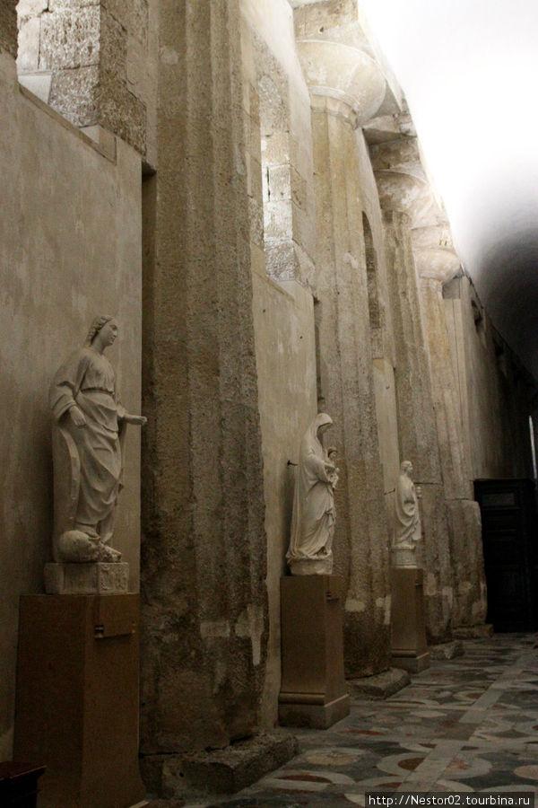 Сиракузы. Дуомская площадь, кафедральный собор. В стены встроены колонны древнегреческого храма Афины. Вид изнутри.