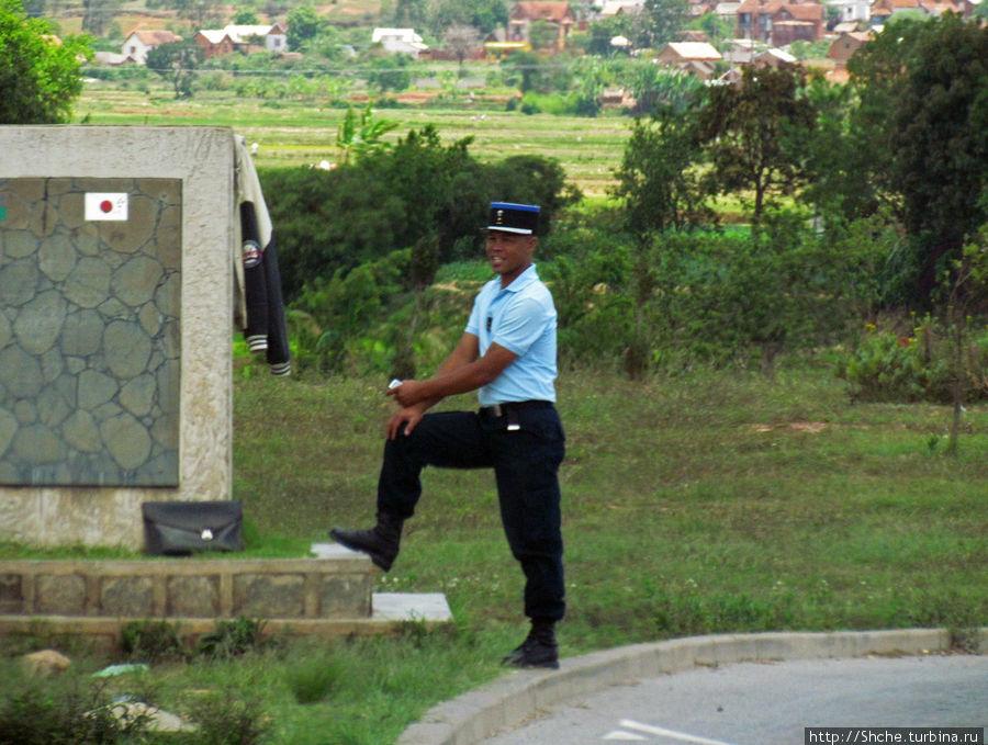 Скучающий полицейский перед выездом на мост