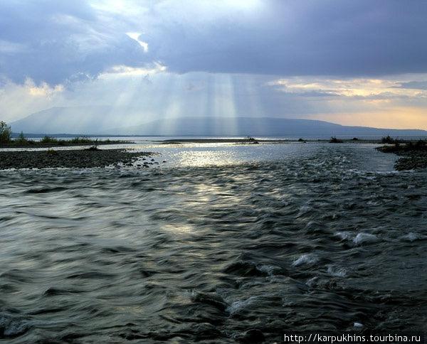 Устье реки Эдынгде. Река Эдынгде впадает в Хантайское озеро широким устьем, растекается по прибрежным камням.