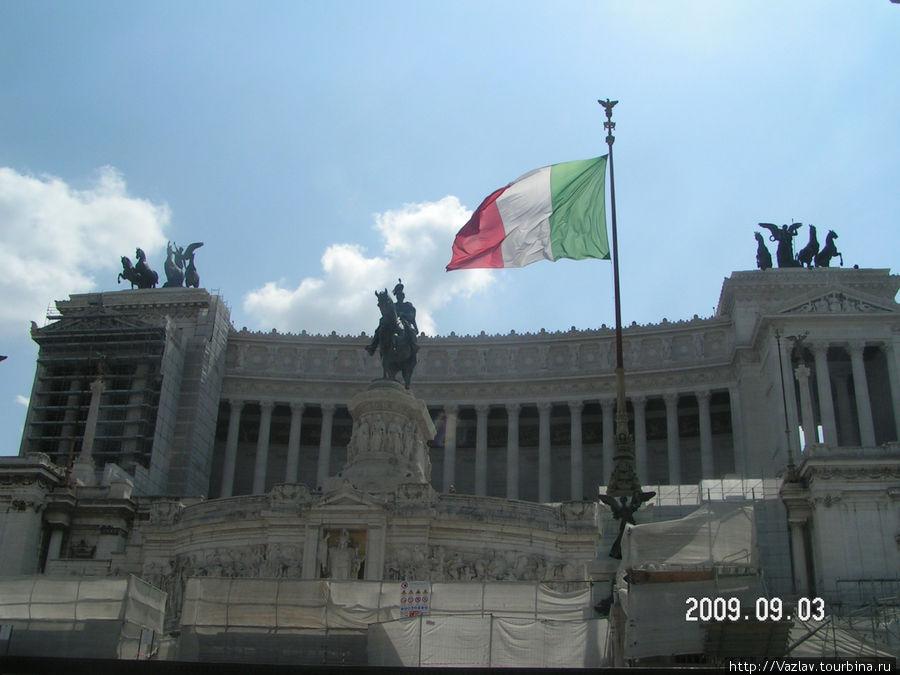 Монумент со стороны площади