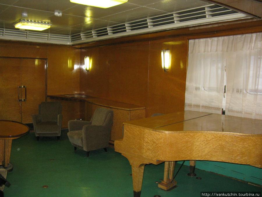 Музыкальная гостиная. За этим роялем исполняла свои песни А.Пахмутова. Вообще на ледоколе бывало много знаменитостей — Ю.Гагарин, Ф.Кастро и др.