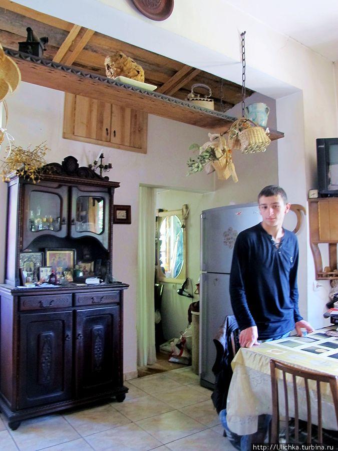 Кухня и рабочий кабинет. Сын Хозяина.