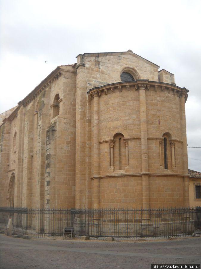 Боковой вид на церковь