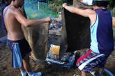 Далее ящик с едой накрывается кусками тканями, предварительно смоченные в воде