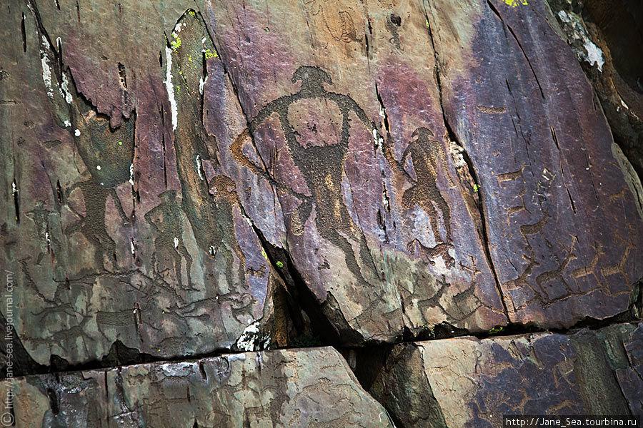Нижняя часть большого вертикального панно, относящегося к эпохе бронзы. Размер всего панно — 3,5х5 метров. В центре