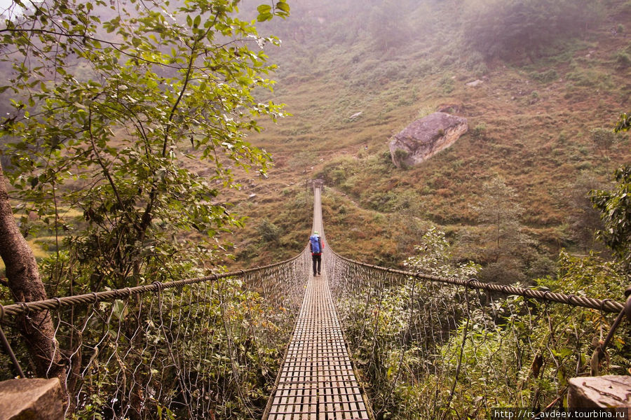 Очень много подвесных мостов, пока самый протяженный из них который нам попадался 200 метров.