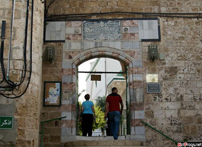 Вход во внутренний дворик мечети Аль-Джаззар