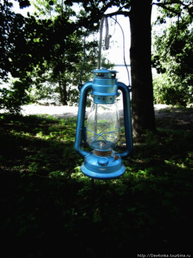 Вдоль дороги в зоопарке висят такие фонари, которые можно беспрепятственно снимать, а потом ставить на место)