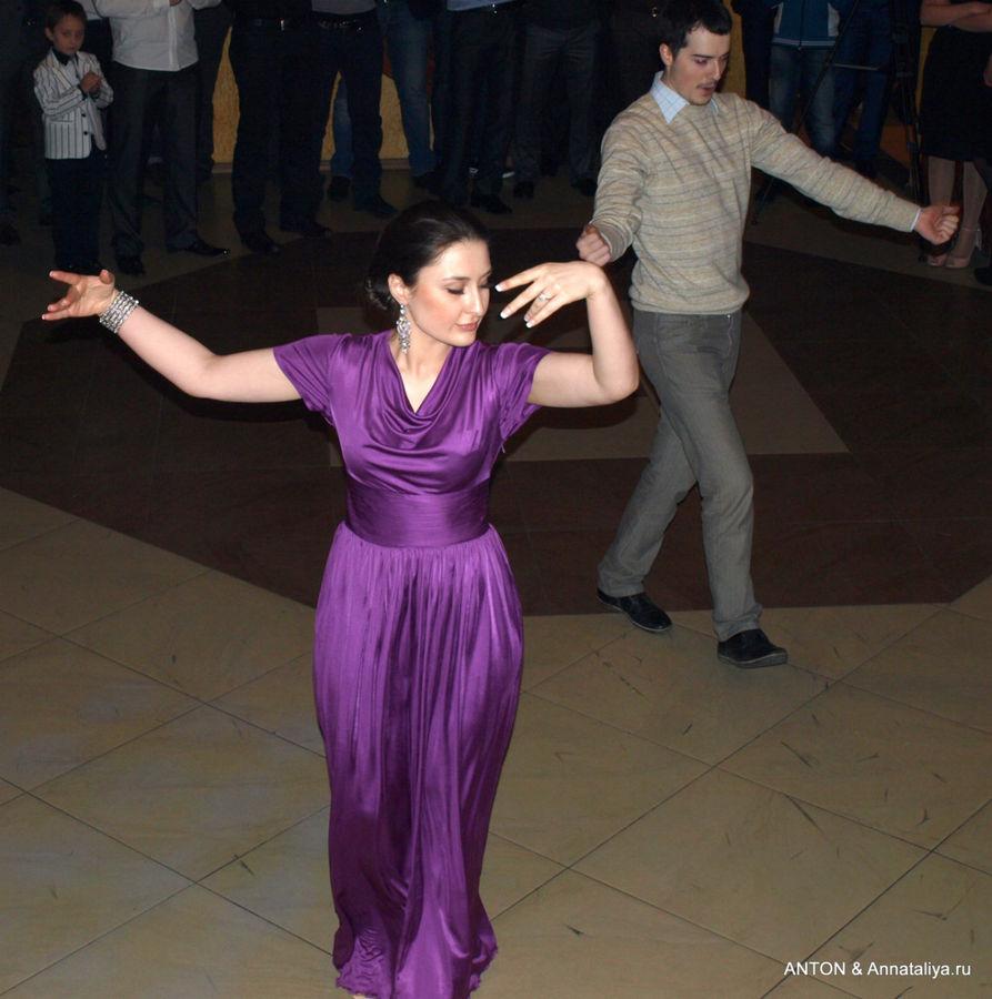 Гости танцуют лезгинку.