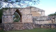 Арочное здание. Одиноко стоящая на краю города, эта арка является границей города, на которой заканчивается защитная стена (внизу слева) и насыпная дорога