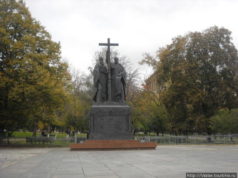 Памятник и бульвар