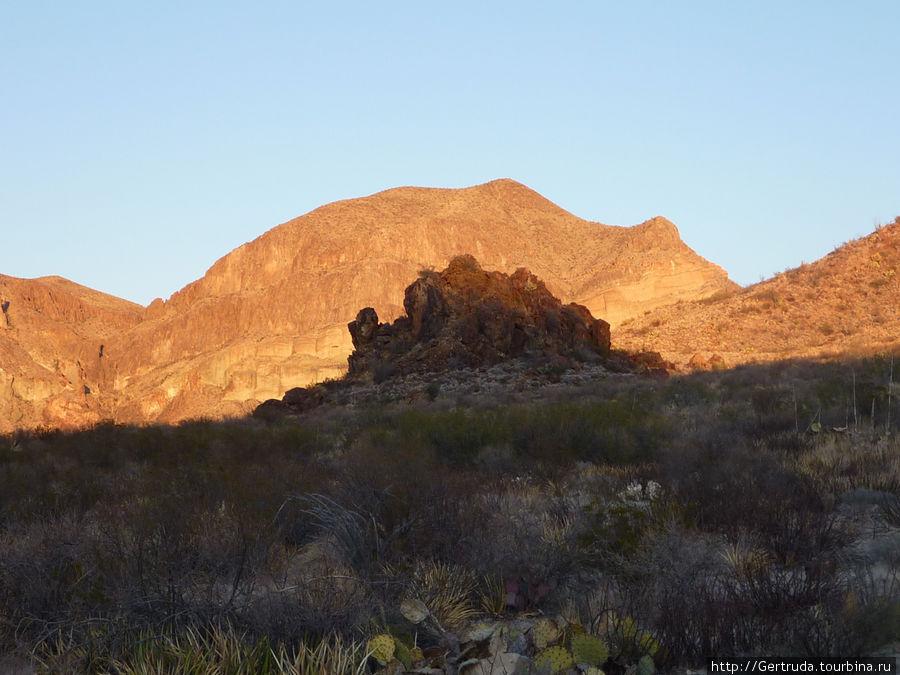 Это лишь тень от  Пика Эмори на горы за нашей гостиницей.