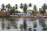 Кокосовые пальмы украшают заводи