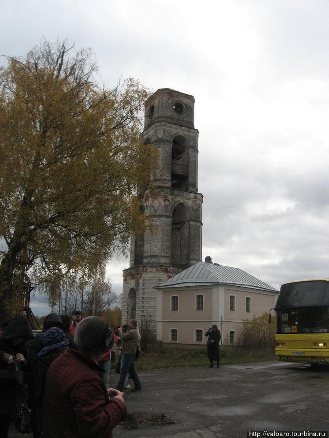 Колокольня раньше соединялась с храмом колоннадой.Купола у нее нет.