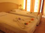 Ежедневно украшали кровать разнообразными фигурами из простыней.