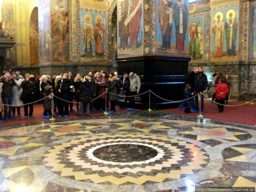 Мозаичный пол, инкрустированный итальянским мрамором.