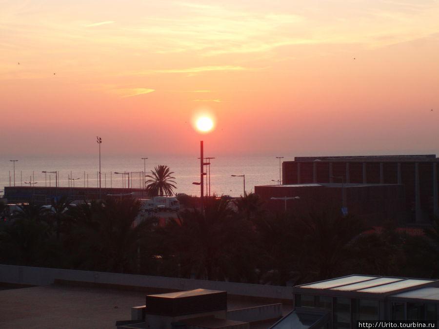 Восход солнца, вид из окна отеля.