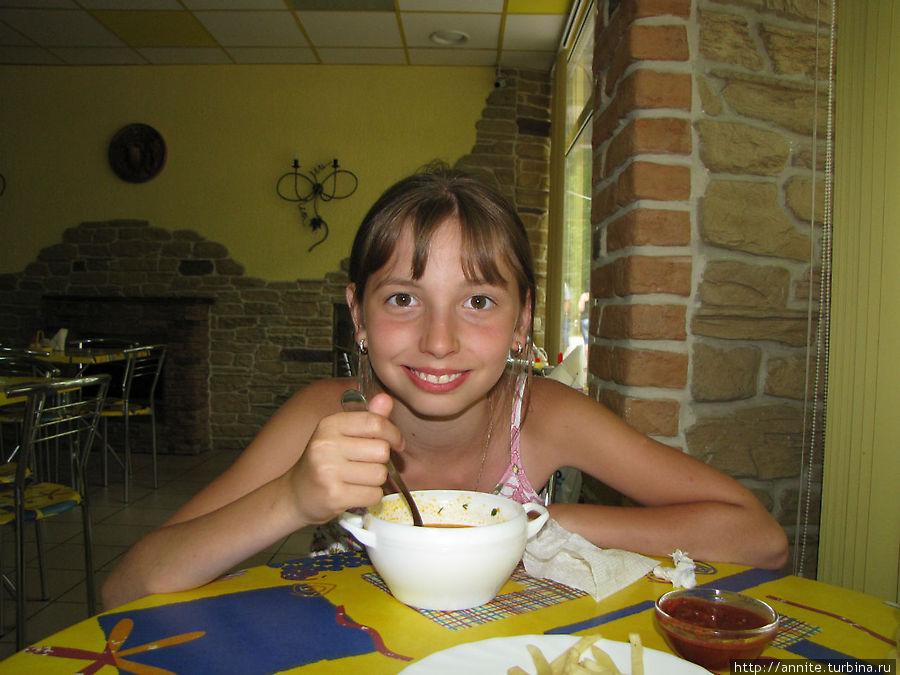 Валерия ест солянку.
