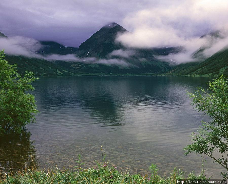 Озеро Верхне-Авачинское. Западный берег, рядом с устьем впадающей здесь же реки. Вид на восток.