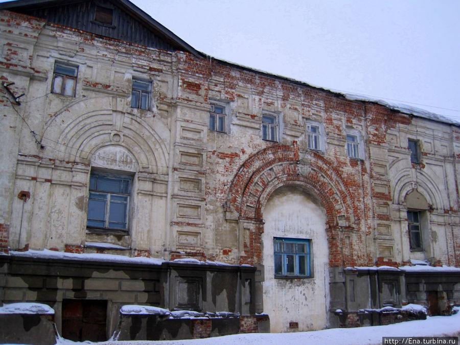 Живописная стена одной из монастырских построек