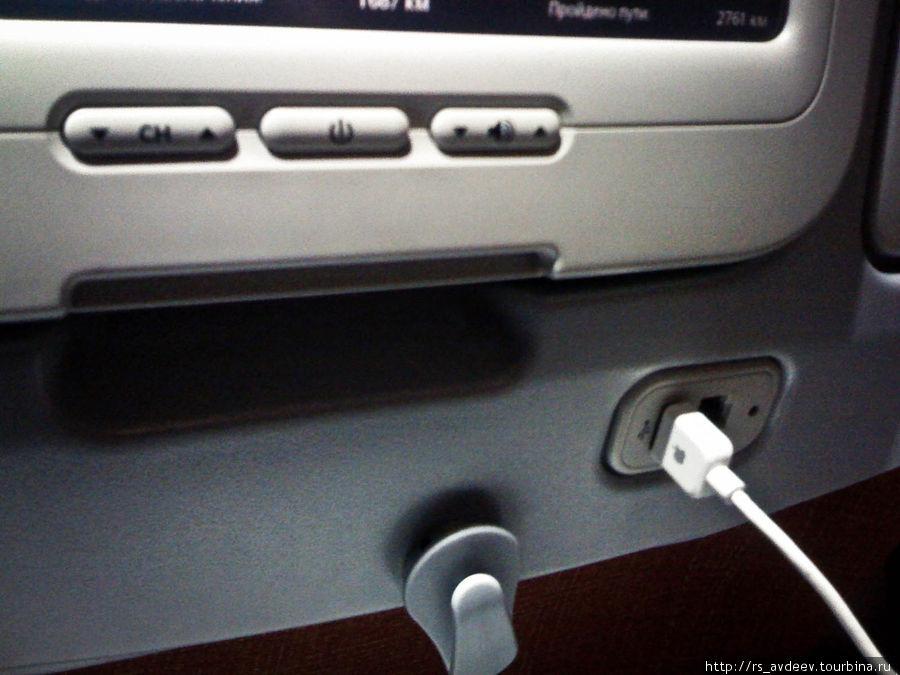 Приятно удивило наличие USB входа в мультимедийной спинке кресла, благодаря ему во время полета удалось подзарядить Iphone и Ipod :)