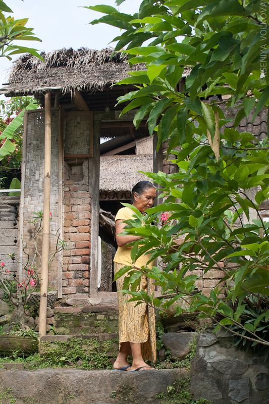 Жительница деревни выноси