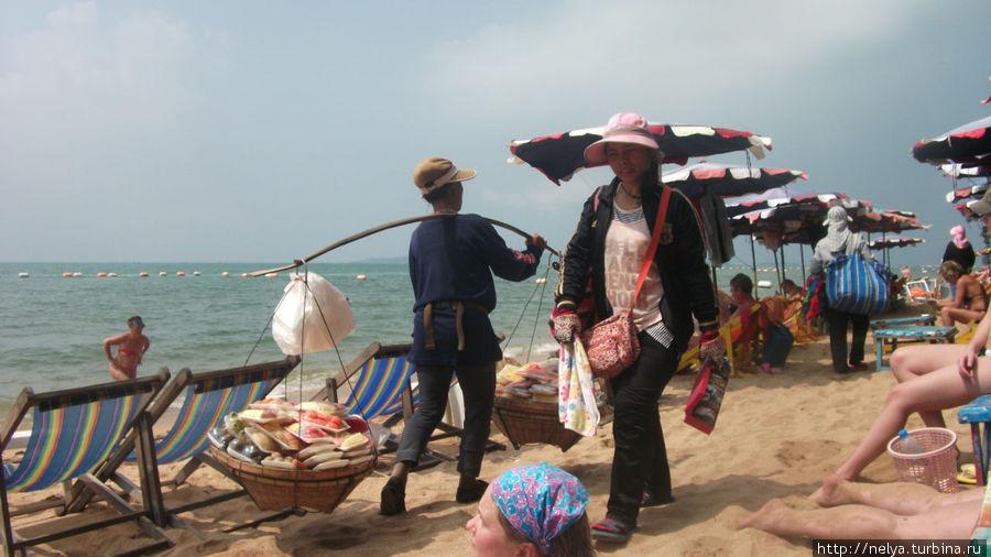 На пляжах Джомтьена продают абсолютно всё