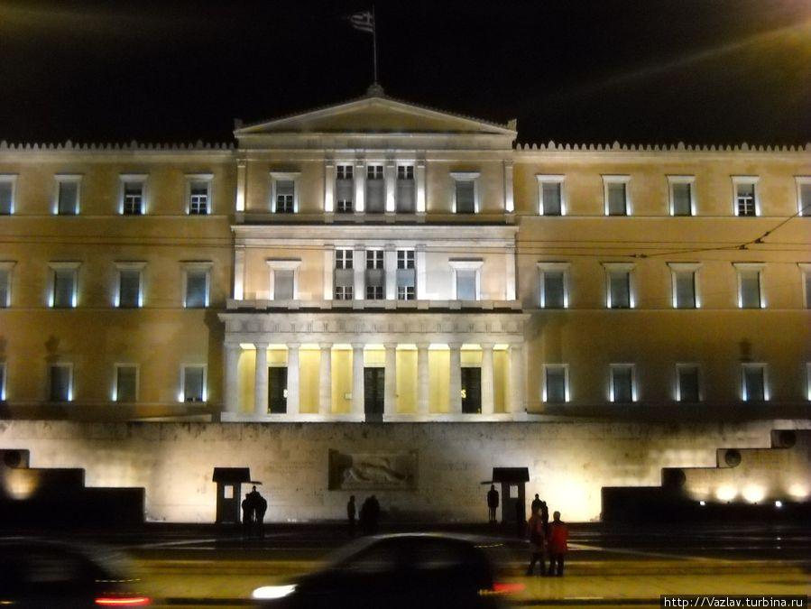 Фасад парламента в подсветке