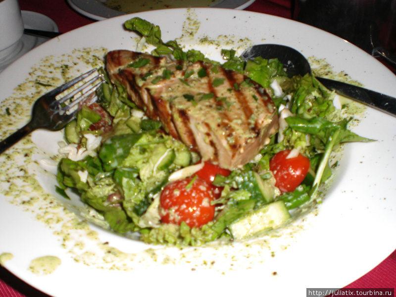 салат с стейком тунца гриль — выглядит красиво, но есть невозможно.
