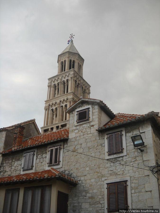Колокольня собора торчит над всеми другими зданиями