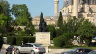 Памятник архитектору Мимару Синану перед мечетью
