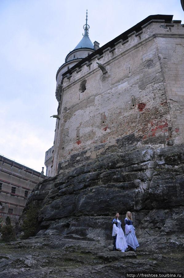 Массивные стены покоятся на базальтовой скале.