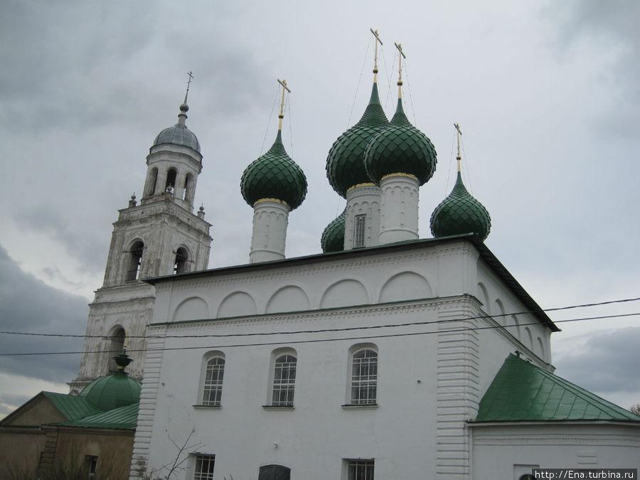 Троицкий собор взмывает в северное небо