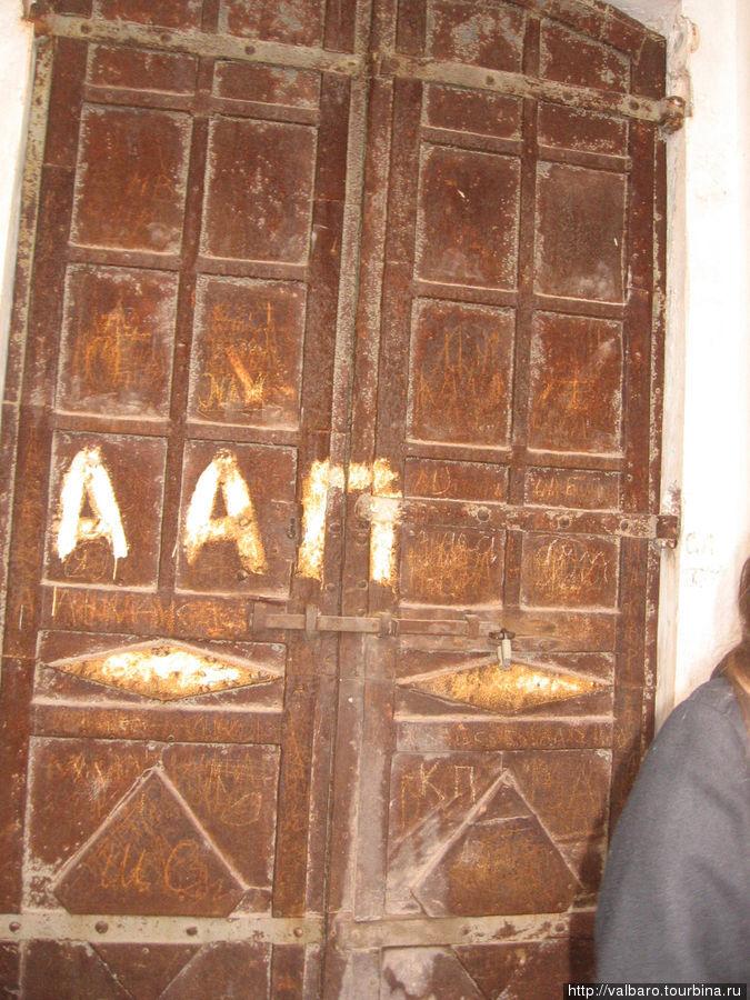 Дверь в нижний храм. Туда по каким-то причинам пройти нельзя.