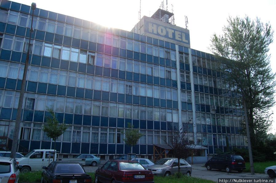 Вид на отель со стороны стоянки.