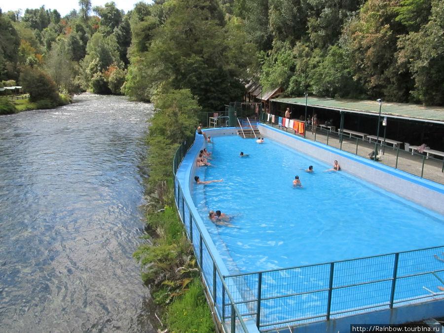 Открытый бассейн расположен прямо среди  гор рядом с речкой