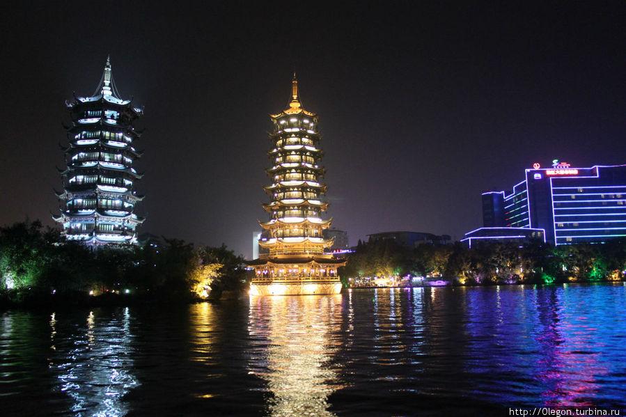 Озеро Шань с пагодами красиво подсвечивается ночью