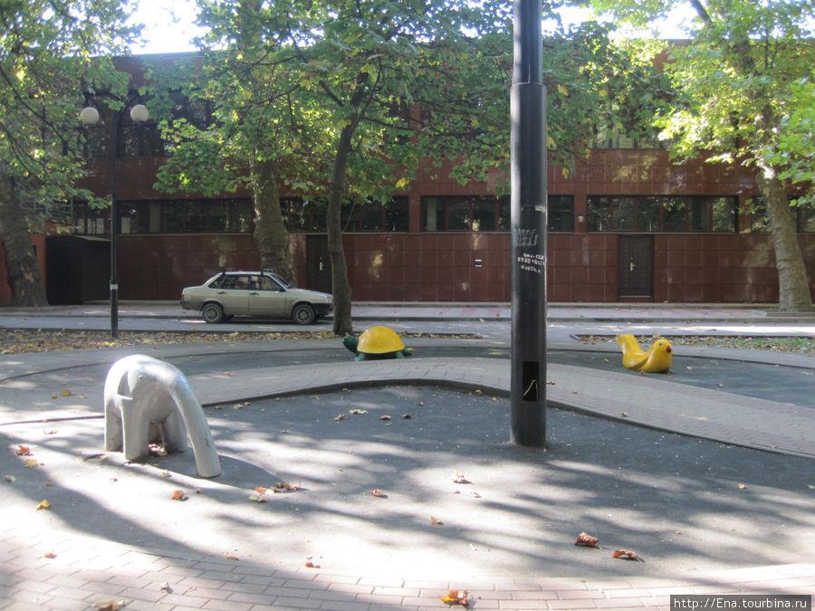 В парке Бестужева есть симпатичные фигурки слоника, черепашки и уточки ))