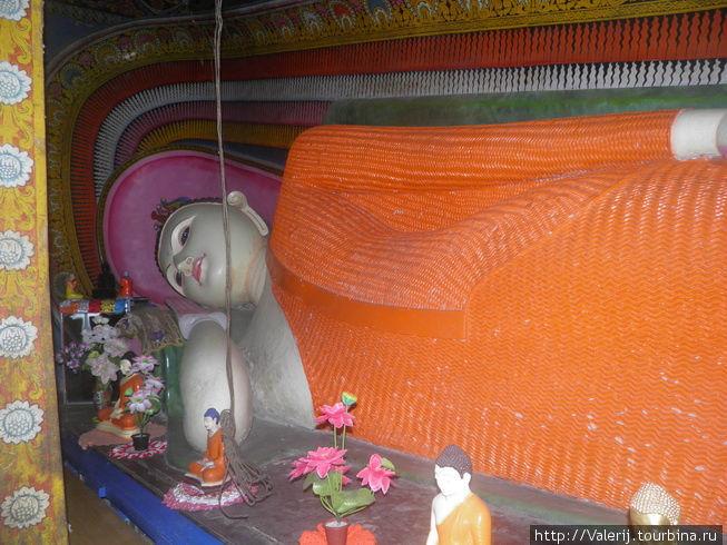 Будда во всех позах, в том числе и лежащий.