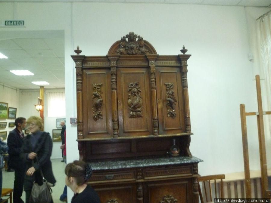 Антикварный шкаф помнит интересных гостей, которые собирались в этой комнате
