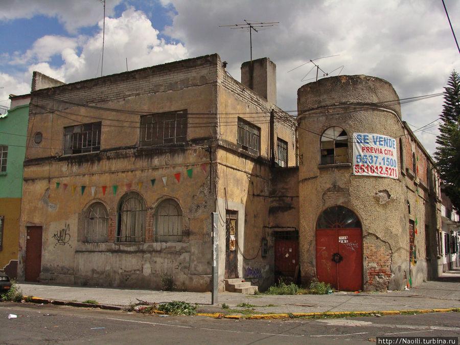 Дом на продажу, возможно с привидениями. Может быть он? Но тогда бы его объявили культурной ценностью и устроили ночной музей.