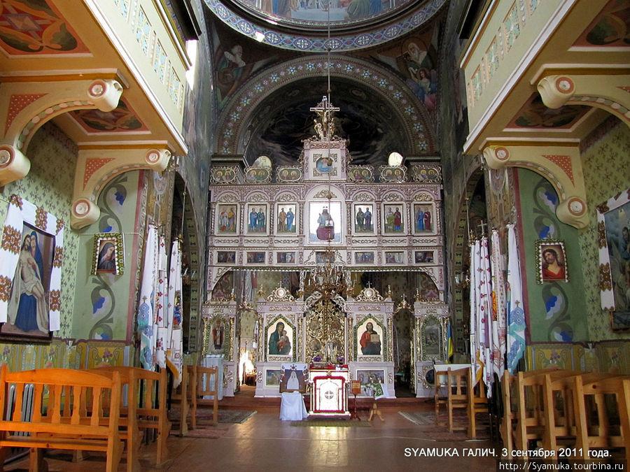 Мы попадаем в помещение храма, где, от неожиданности, даже прерывается дыхание. Красота внутреннего убранства настолько поражает, что на минуту, действительно, забывается, что находишься не в музее. Галич, Украина