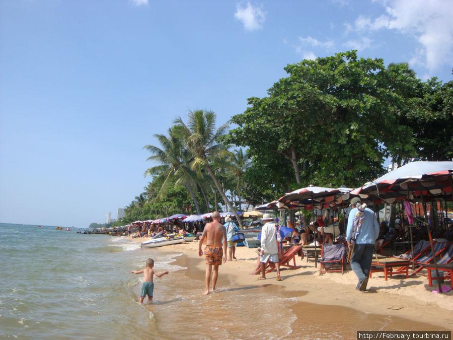 Пляж напротив отеля. В ноябре-прилив. Когда я была здесь в сентябре,то пляжная полоса была намного шире.