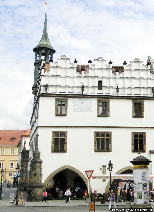 Стоит приглядеться к столбам в углах ратуши: к одному из них (ближний), как считают историки, в средние века привязывали людей в качестве наказания. Такие столбы именовались позорными