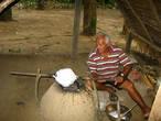 Деревня живет древним промыслом — собирает каучук с резиновых деревьев и обжигает его.