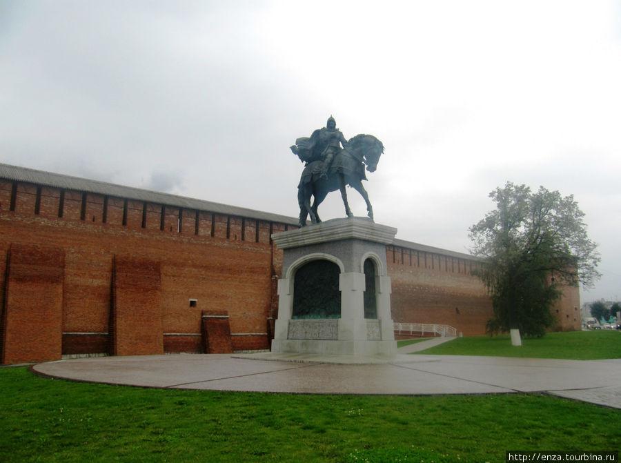 Памятник святому благоверному князю Дмитрию Донскому и коломенский Кремль.