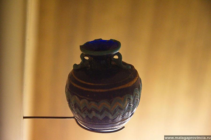 Маленькая амфора из цветного темно-синего стекла древних финикийцев