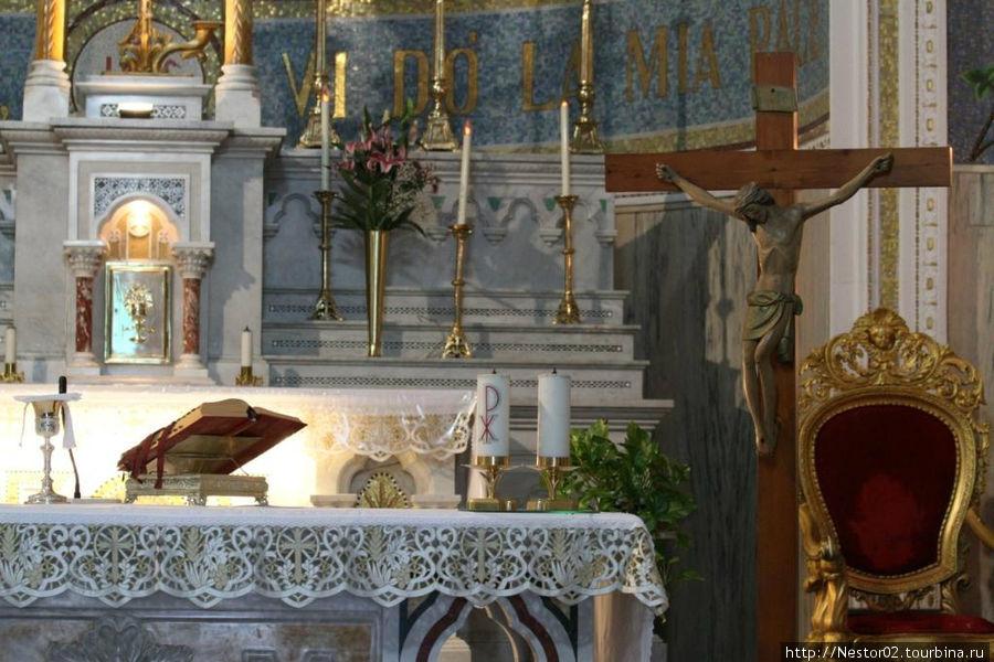 Летояни, церовь. Справа на столе стоит большая свеча с буквами РХ. Может быть Рождество Христово? Хотя с чего бы?