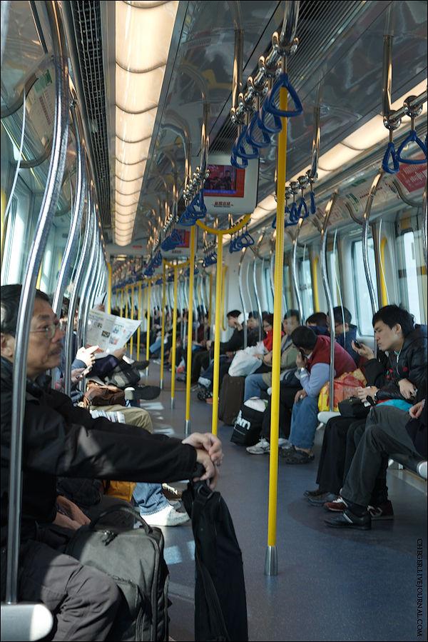Объявление всех станций происходит на китайском и английском. На выходе из метро билет надо опять засунуть в туже щель в турникете, но обратно вам его уже не выдаст.