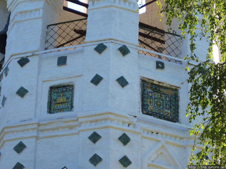 Изразцы на колокольне Покровской церкви. Фрагмент